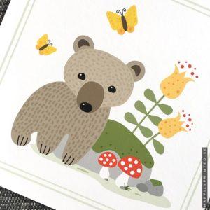 Tavla för barn föreställande en liten björnunge med fjärilar och svampar bredvid en mossbevuxen sten