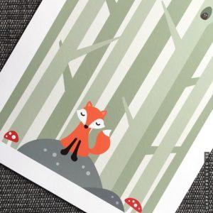 Tavla för barn med en söt räv som sitter på en sten i skogen omgiven av flugsvampar