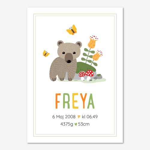 Fin tavla för barn med en liten björn bredvid en sten, namn och födelsedata