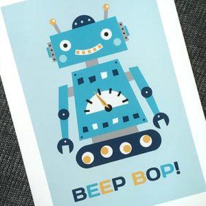 Barntavla med illustration av en liten, blå robot.