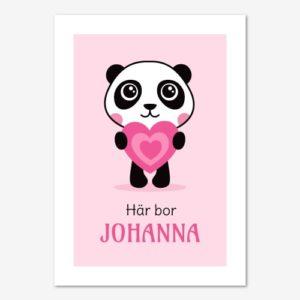 Fin namntavla med söt panda som håller ett rosa hjärta