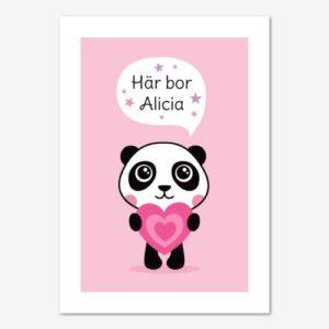 Namntavla med panda som håller ett rosa hjärta