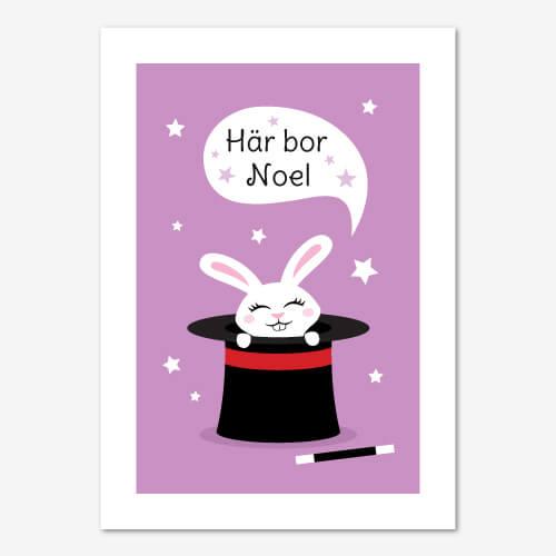 """Fin namntavla med vit kanin i trollkarlshatt mot lila bakgrund. Text i pratbubbla """"Här bor namn"""""""
