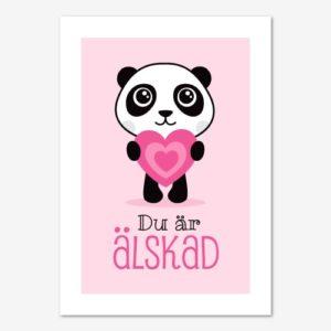 """Fin tavla för barn med en panda som håller i ett rosa hjärta och texten """"Du är älskad"""""""