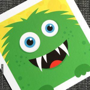 Färgglad barntavla föreställande ett litet grönt, knasigt monster som tittar fram igenom den vita ramen mot en gul bakgrund