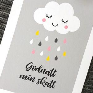 """Fin barntavla föreställande ett moln med regndroppar på en grå balgrund. Text """"Godnatt min skatt"""""""
