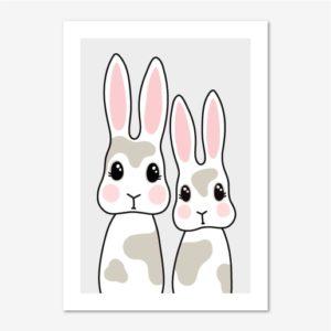 Barntavla föreställande två söta, fläckiga kaniner på en ljusgrå bakgrund